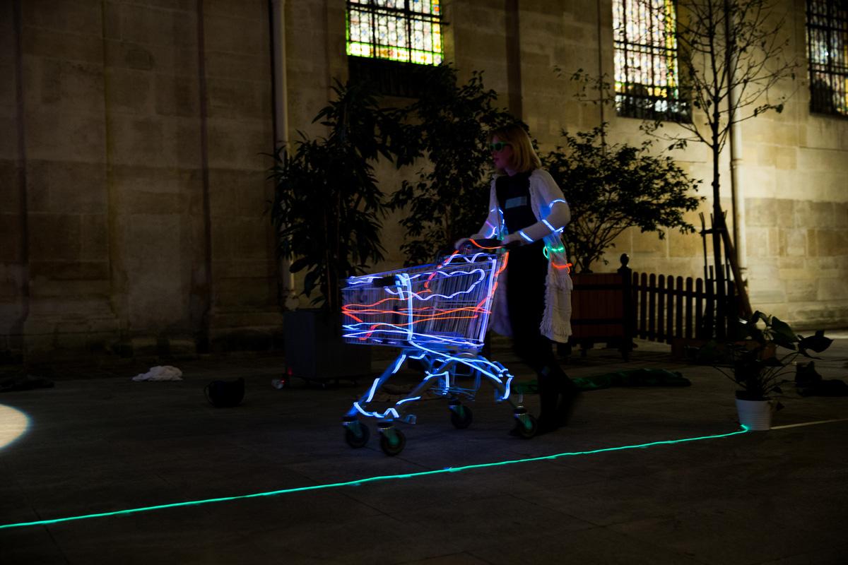 """Performance de l'artiste Brigita Zrustova """"Jusqu'à l'absurde"""" lors de la Nuit Blanche 2018 à la mairie du 2ème à Paris le 06/10/2018"""